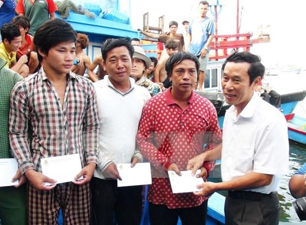 Regresan a tierra firme pescadores naufragos vietnamitas hinh anh 1