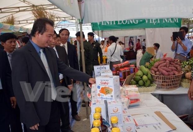 Productos de alta calidad de Vietnam matizan feria comercial en Cambodia hinh anh 1
