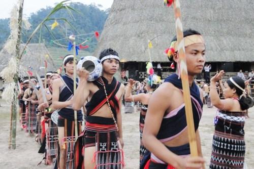 Jarrones de los Co Tu, recipiente de creencias y cultura hinh anh 1