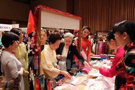 Vietnam participa en feria caritativa de la Asociacion de Mujeres de Asia-Pacifico hinh anh 1