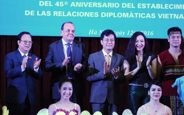 Ceremonia por aniversario 45 de las relaciones diplomaticas Vietnam – Chile hinh anh 1