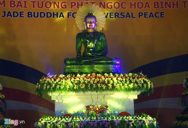 Vietnamitas oran por paz ante estatua budista mas grande de mundo hinh anh 1