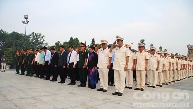 Lideres de Ciudad Ho Chi Minh rinden homenaje a soldados martires hinh anh 1