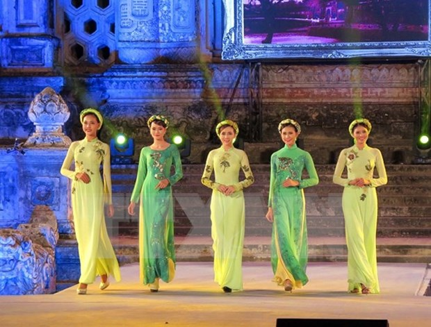 Desfile de Ao Dai hechiza a visitantes a Festival Hue 2016 hinh anh 1