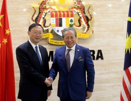 Malasia y China acuerdan resolver asunto del Mar del Este mediante DOC hinh anh 1