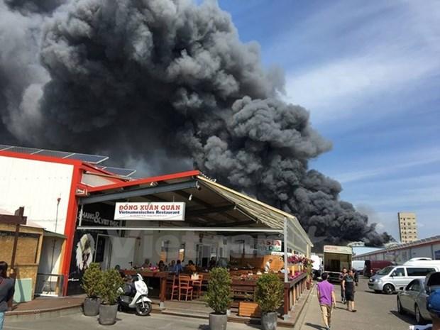 Graves danos por incendio en centro comercial en Berlin hinh anh 1