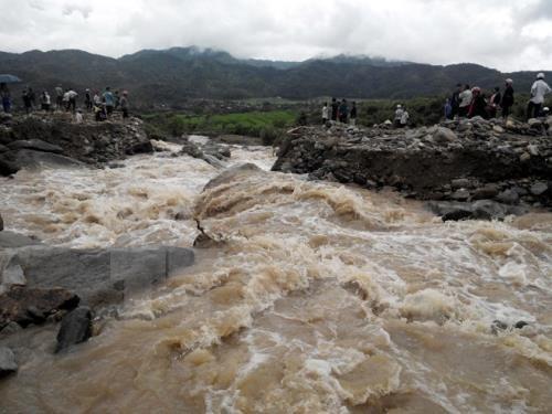 Inundaciones provocan mas de 20 muertos y desaparecidos en Indonesia hinh anh 1