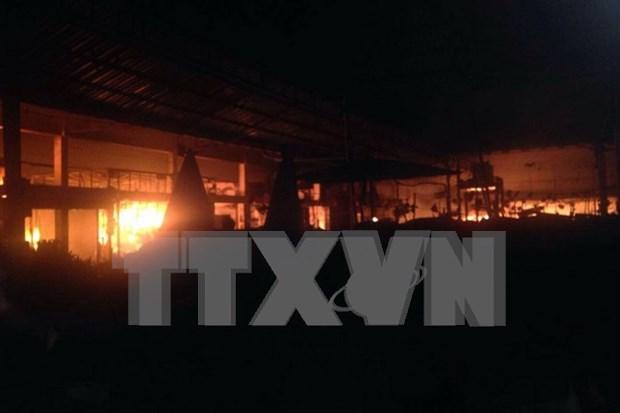 Agencias vietnamitas y laosianas coordinan en reparar danos de incendio en mercado hinh anh 1