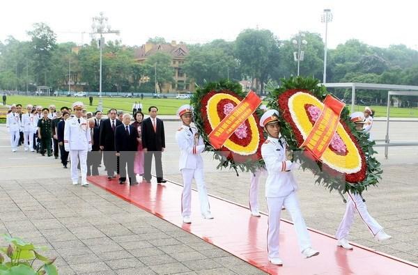 Lideres del Partido y Estado rinden homenaje al presidente Ho Chi Minh hinh anh 1