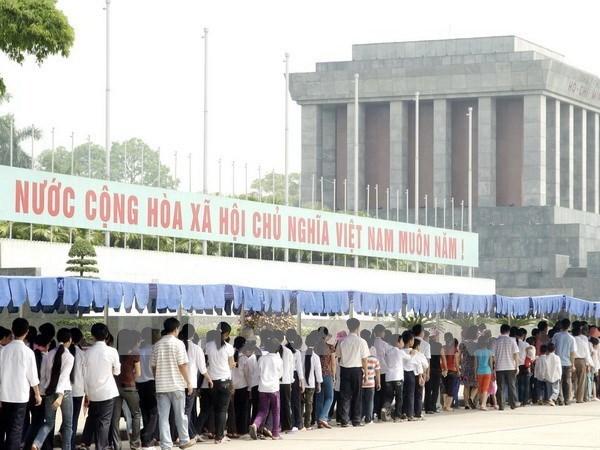 Miles de vietnamitas visitan Mausoleo de Ho Chi Minh en ocasion de su natalicio hinh anh 1