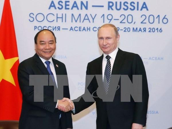 Premier vietnamita dialoga con presidente ruso en ciudad de Sochi hinh anh 1