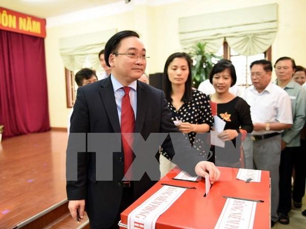 Entusiastas votantes vietnamitas en gran fiesta nacional hinh anh 2