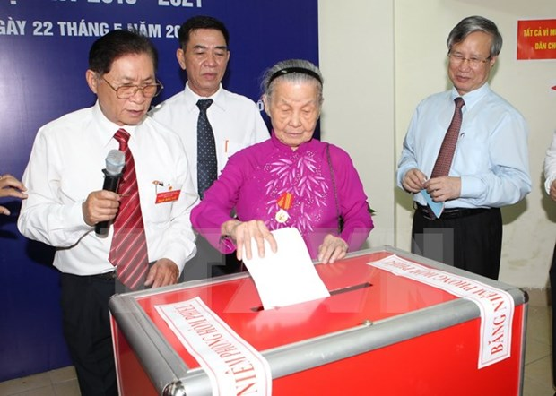Entusiastas votantes vietnamitas en gran fiesta nacional hinh anh 1
