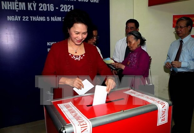 Lideres vietnamitas se unen a votantes en elecciones generales hinh anh 3