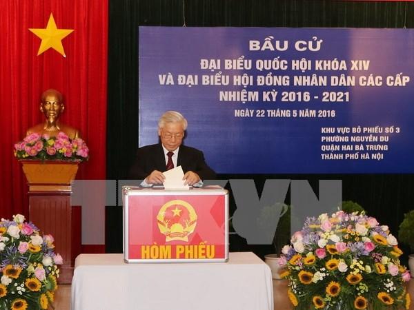 Lideres vietnamitas se unen a votantes en elecciones generales hinh anh 1