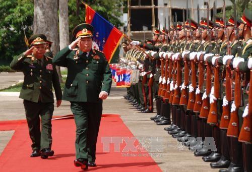 Vietnam y Laos acuerdan impulsar cooperacion en defensa hinh anh 1