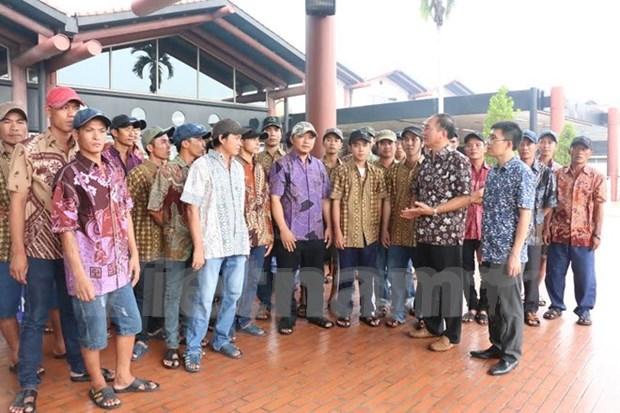 Regresan a casa pescadores vietnamitas retenidos en Indonesia hinh anh 1