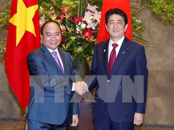 Primer ministro de Vietnam conversa con Shinzo Abe hinh anh 1