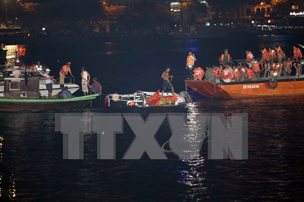 Premier dirige labores de busqueda de desaparecidos en naufragio en Da Nang hinh anh 3