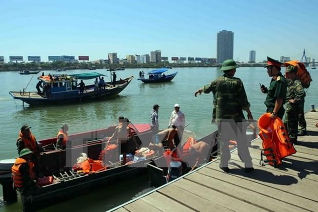 Premier dirige labores de busqueda de desaparecidos en naufragio en Da Nang hinh anh 2