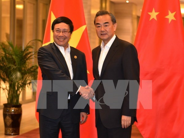 Vicepremier y canciller vietnamita se reune con jefe de diplomacia china hinh anh 1