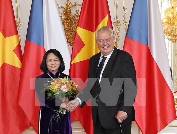 Vietnam da la bienvenida a los inversores checos, dice vicepresidenta hinh anh 1