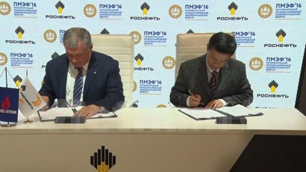 Vietnam y Rusia firman acuerdo de suministro de petroleo hinh anh 1