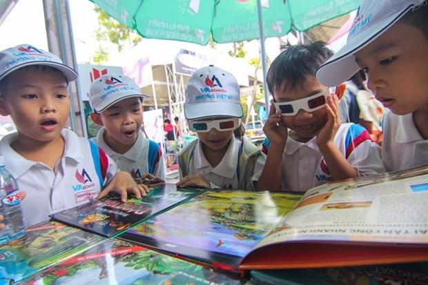 Ninos vietnamitas disfrutan de nuevos libros en 3D este verano hinh anh 1