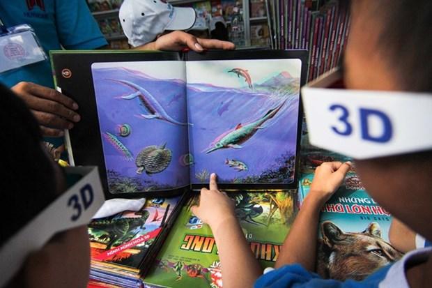Ninos vietnamitas disfrutan de nuevos libros en 3D este verano hinh anh 2