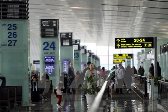 Crecen entradas y salidas de turistas por aeropuertos vietnamitas hinh anh 1