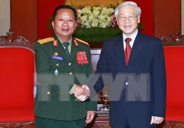 Dirigentes de Vietnam reciben al ministro de Defensa de Laos hinh anh 1