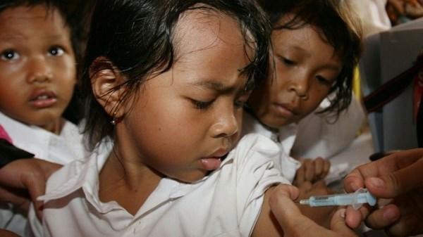 Indonesia recomienda a padres consultar medicos ante escandalo de vacuna hinh anh 1