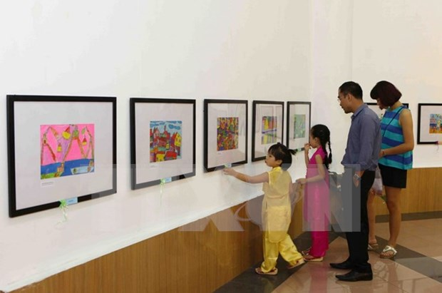 Exposicion de pinturas en Hanoi saluda Dia de la Familia de Vietnam y Rusia hinh anh 1