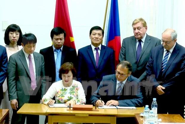 Vietnam y Republica Checa firman acuerdo de cooperacion hinh anh 1