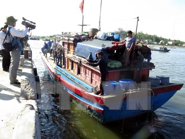 Pescadores de barco hundido por naves chinas regresaron a tierra hinh anh 1
