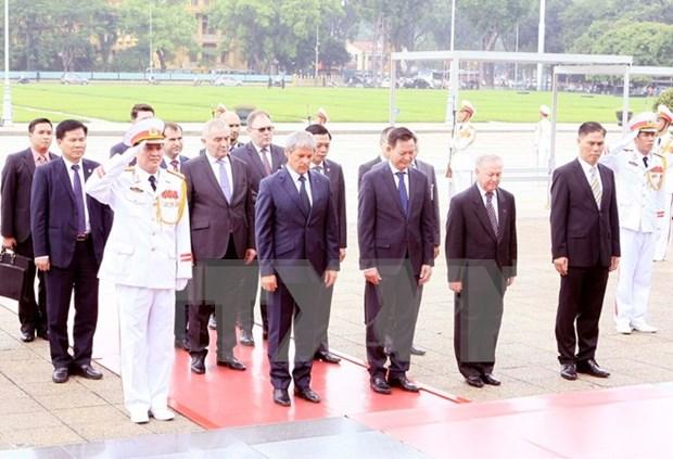 Concluye primer ministro rumano visita oficial a Vietnam hinh anh 1