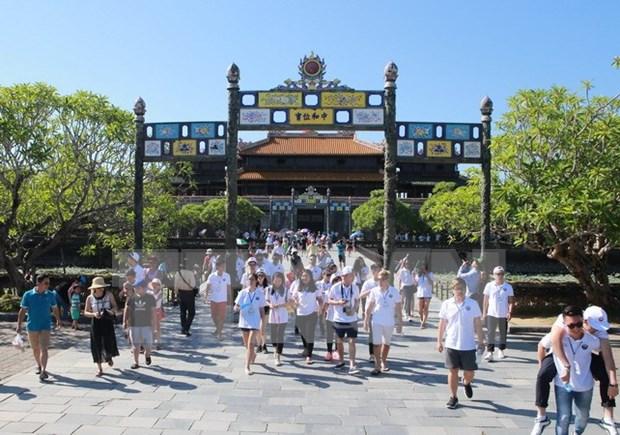 Atraen turistas a ciudad de Hue, sede de cinco patrimonios mundiales hinh anh 1