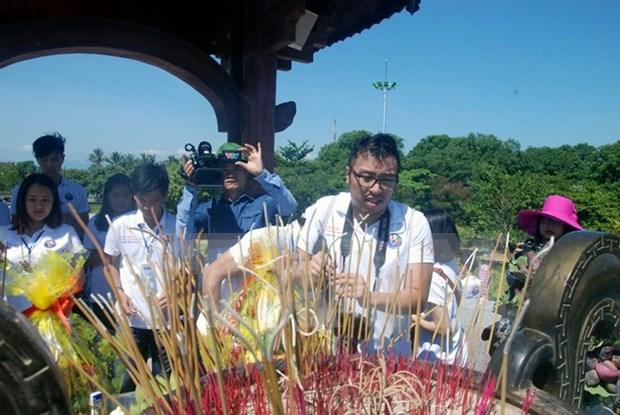 Jovenes vietnamitas en ultramar rinden homenaje a martires en Quang Tri hinh anh 1