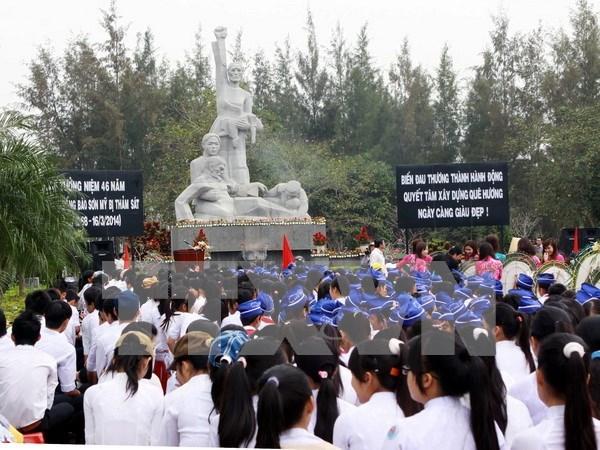 Vietnamitas residentes en extranjero visitan zona de testimonio de My Son hinh anh 1
