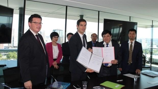 La Voz de Vietnam y Radio France firman acuerdo de cooperacion hinh anh 1