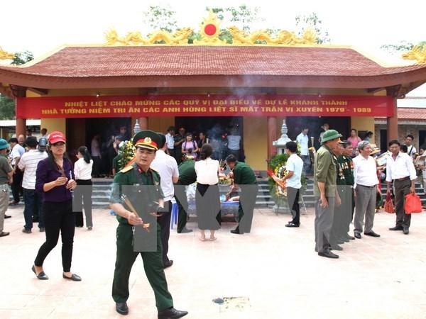 Vietnam rinde homenaje a personas con meritos revolucionarios hinh anh 1