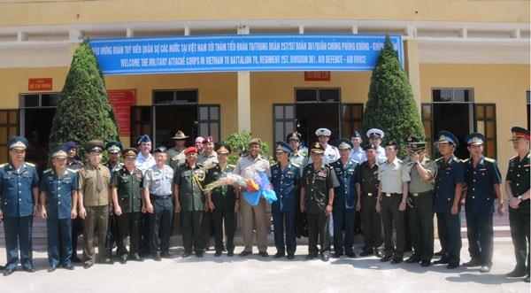 Agregados militares extranjeros visitan unidad antiaerea hinh anh 1