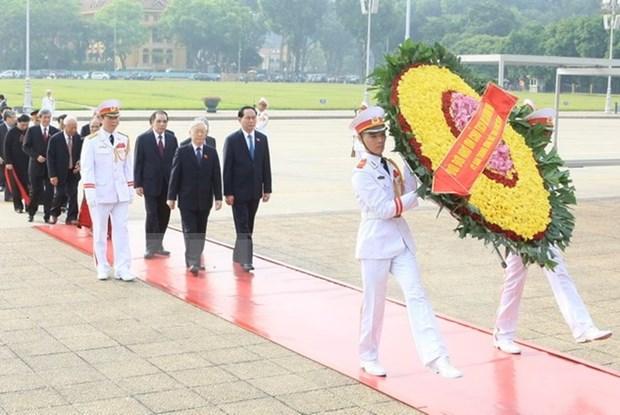 Lideres de Partido y Estado rinden homenaje a los martires de la Patria hinh anh 1