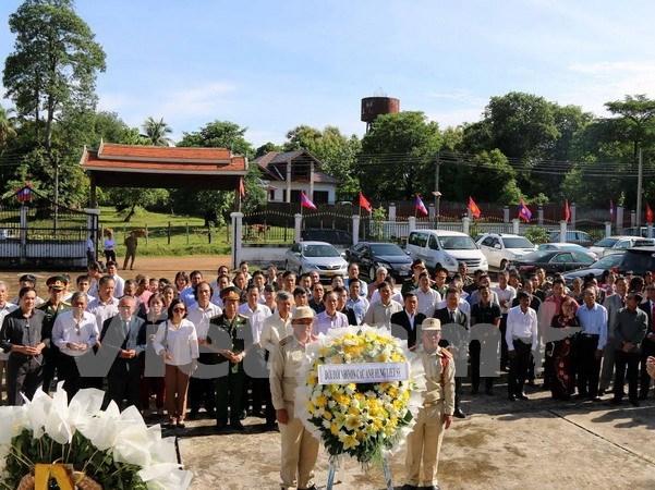 Vietnamitas en Laos y Camboya homenajean a los caidos por la patria hinh anh 1