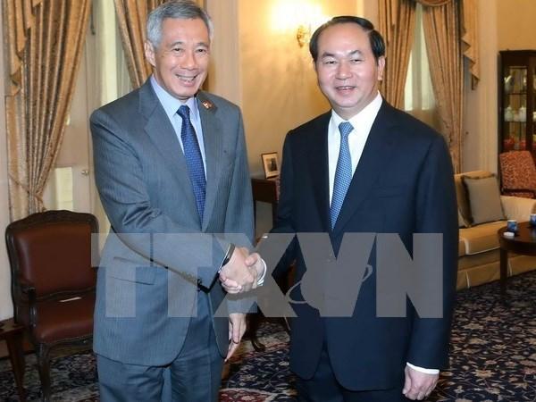 Presidente de Vietnam dialoga con lideres de Singapur hinh anh 2