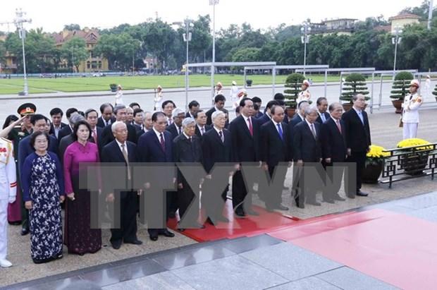 Lideres vietnamitas rinden homenaje a Ho Chi Minh y martires hinh anh 1