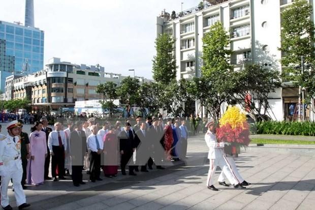 Lideres de Ciudad Ho Chi Minh rinden tributo al presidente Ho Chi Minh hinh anh 1