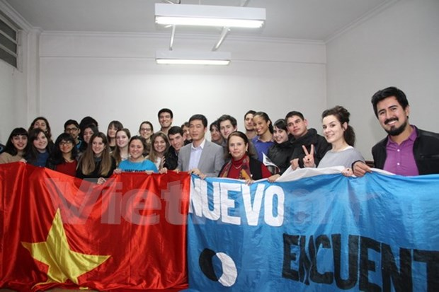 Estudiantes argentinos interesados en conocer sobre Vietnam hinh anh 1