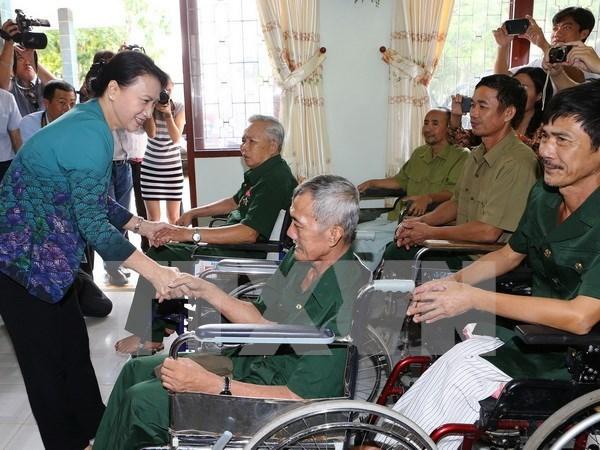 Presidenta del Parlamento vietnamita visita a personas con meritos revolucionarios hinh anh 1