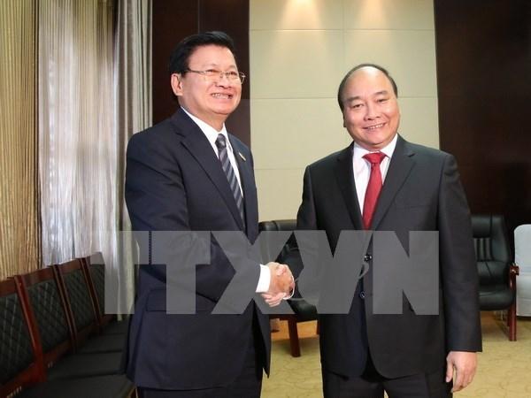 Primer ministro de Vietnam sostiene encuentros con altos dirigentes de Laos hinh anh 1